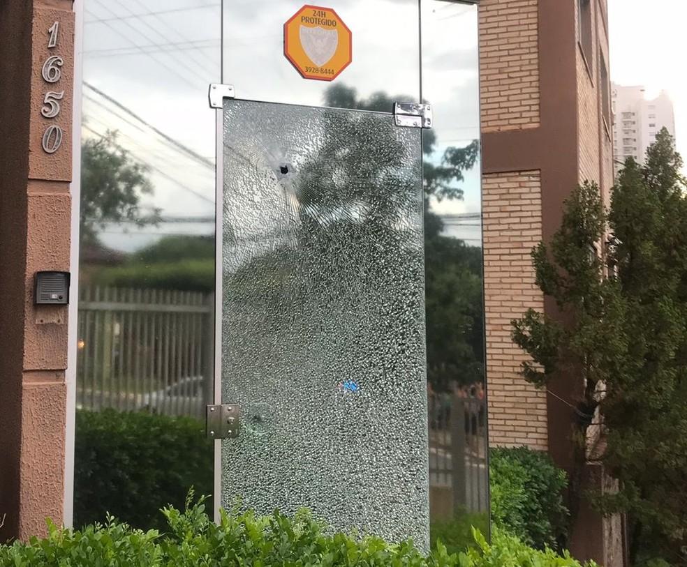 Tiros atingiram escritório de advogados em Cuiabá — Foto: Divulgação