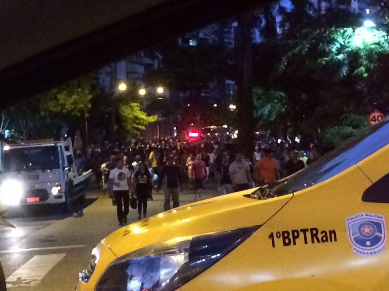 Parentes de policiais militares e bombeiros protestam em frente à casa do governador de PE