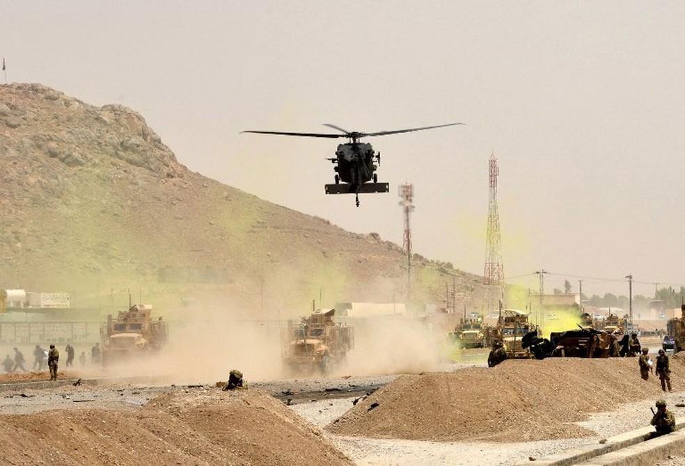 Helicóptero americano sobrevoa área onde comboio da Otan foi atingido por ataque em Kandahar, no Afeganistão, nesta segunda-feira (2)  (Foto: Javed Tanveer / AFP )