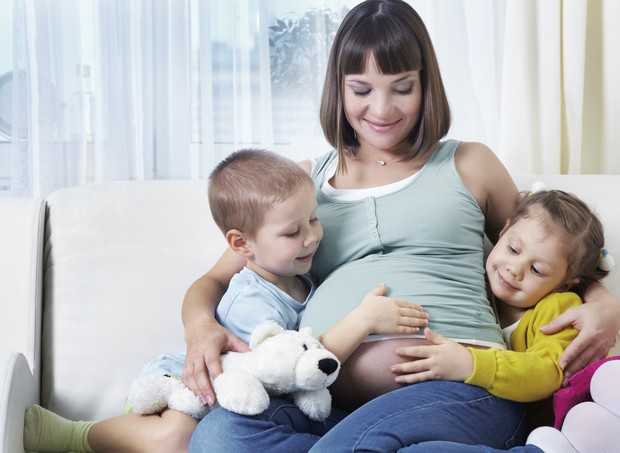 Grávida com seus pequenos esperando o novo membro da família (Foto: Thinkstock)