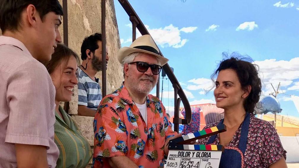 Almodóvar e Penélope Cruz nos bastidores de 'Dolor y Gloria' — Foto: Divulgação
