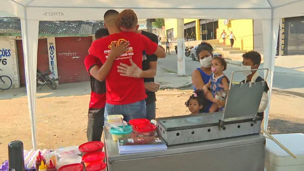 Dorico abraça Carlos e Gabriel, que o ajudaram — Foto: Reprodução/TV Globo