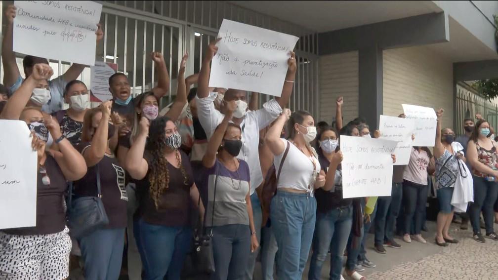 Funcionários fazem protesto na porta do Hospital Federal de Bonsucesso — Foto: Reprodução/TV Globo