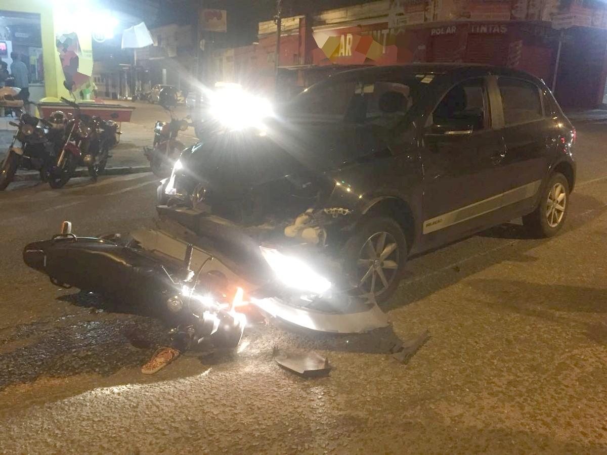 Dupla de moto fica ferida em acidente com carro em Campina Grande