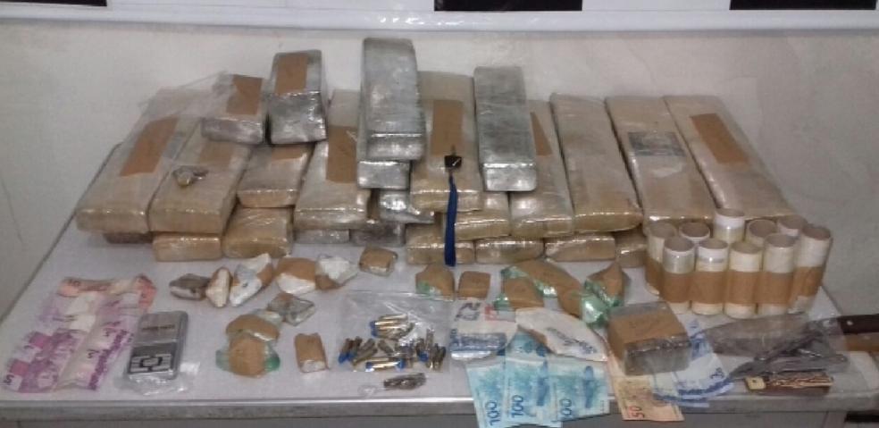 De acordo com a polícia, ao todo, foram apreendidos 28 kg de maconha, 600 gramas de crack e 300 g de cocaína. (Foto: SSPDS/Divulgação)