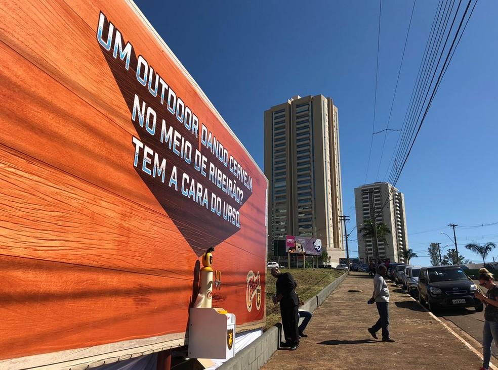 Chopeira no meio de um outdoor despertou atenção do público em Ribeirão Preto, SP — Foto: Werlon César/G1
