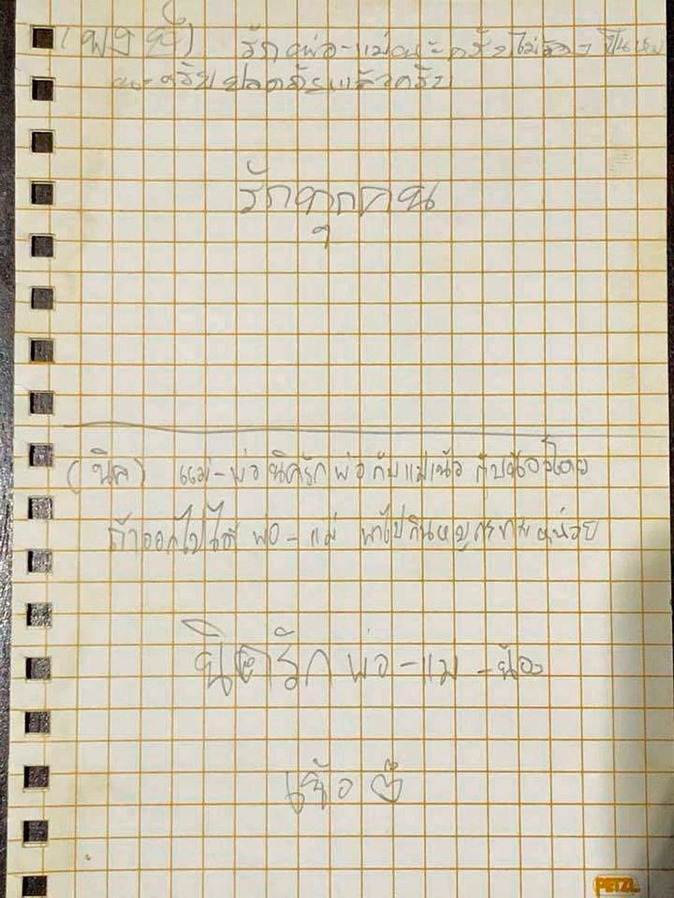 Reprodução de carta enviada por meninos presos em caverna na Tailândia. A primeira, acima, é de jovem chamado Pong, que diz que está bem; a segunda, abaixo, é de Nick, que pede churrasco quando sair de lá (Foto: Marinha da Tailândia / Facebook / via AP Photo)