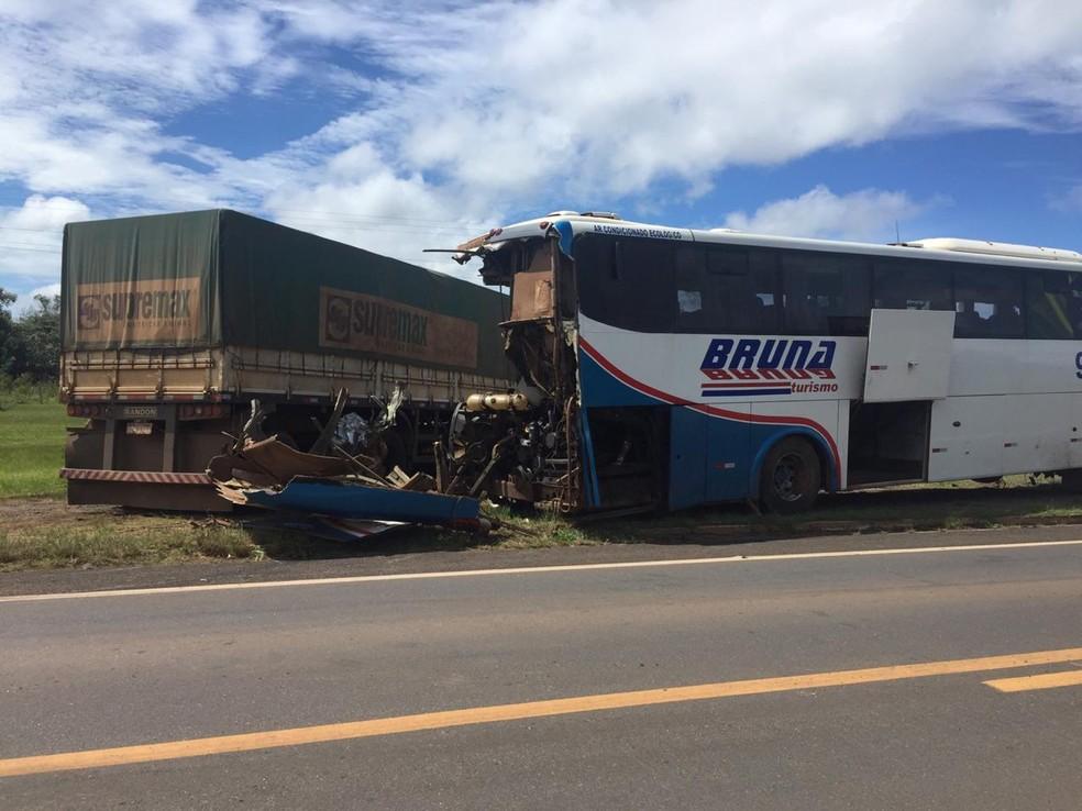 Caminhão colidiu com ônibus na BR-364 — Foto: Renato Barros/Rede Amazônica