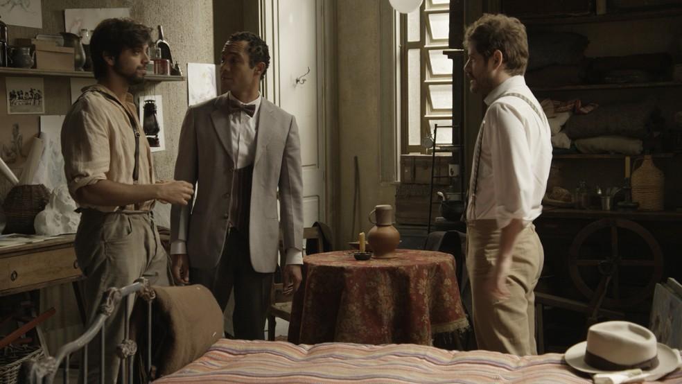 Januário e Ernesto tentam ajudar o amigo com palavras de conforto (Foto: TV Globo)