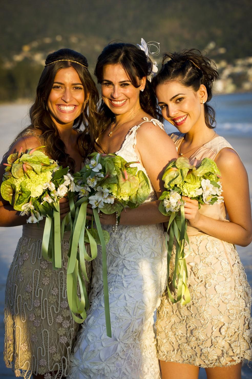 Natália (Daniela Escobar) com as filhas Carol (Maria Joana) e Ludmila (Tainá Muller), na novela 'Flor do Caribe' — Foto: João Miguel Júnior/Globo