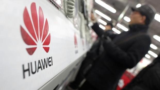 Logo da empresa chinesa Huawei é vista em mercado de Xangai, na China (Foto: Carlos Barria/Reuters)