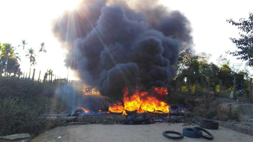 Manifestantes atearam fogo em pneus para bloquear passagem de veículos (Foto: Dilsin Carvalho/Arquivo Pessoal)