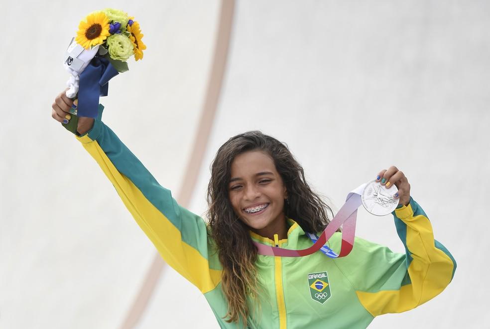 Rayssa Leal mostra a medalha de prata que conquistou no skate street feminino nas Olimpíadas de Tóquio — Foto: Toby Melville/Reuters