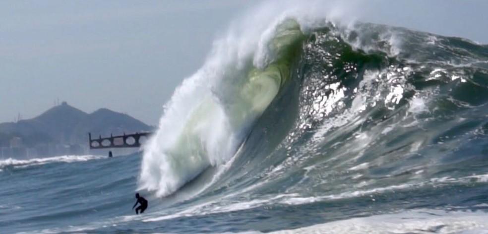 Onda surfada por Marcelo Trekinho na porta da Baía de Guanabaa vista por outro ângulo (Foto: Reprodução/Stories Instagram @trekomias)