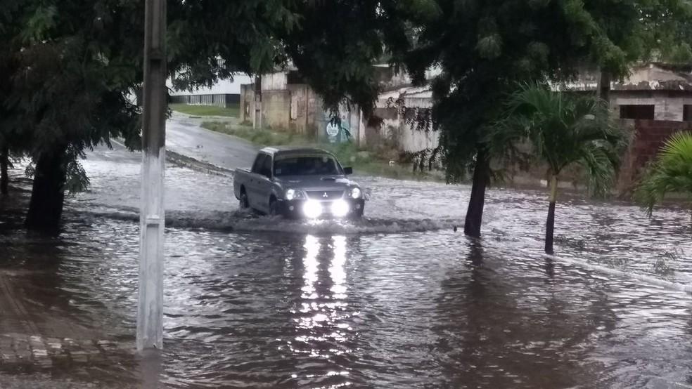 Avenida Rui Barbosa, na Zona Sul de Natal, alagada (Foto: Ediana Miralha/Inter TV Cabugi)