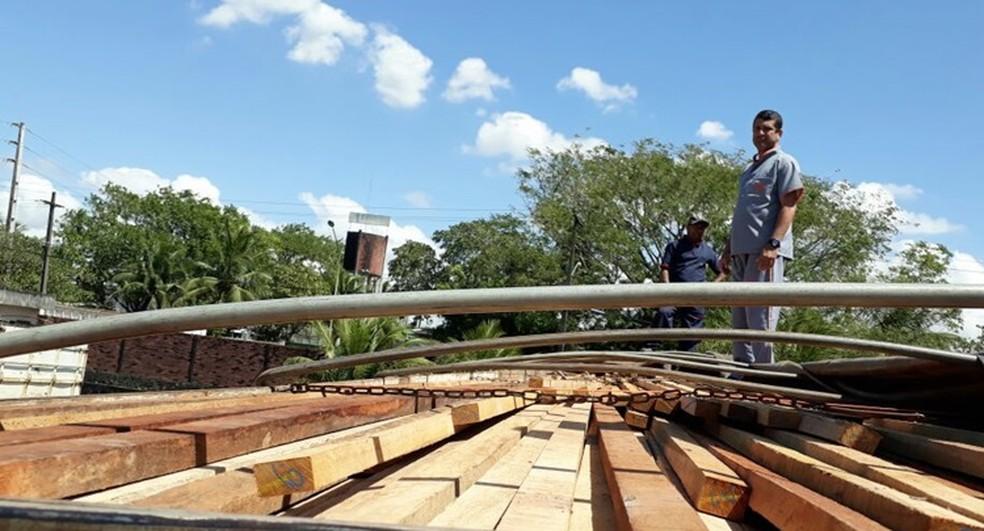 Carretaa com 43 toneladas de madeira é apreendidas em posto da PRF na BR-230. (Foto: Divulgação/ Secom-PB)