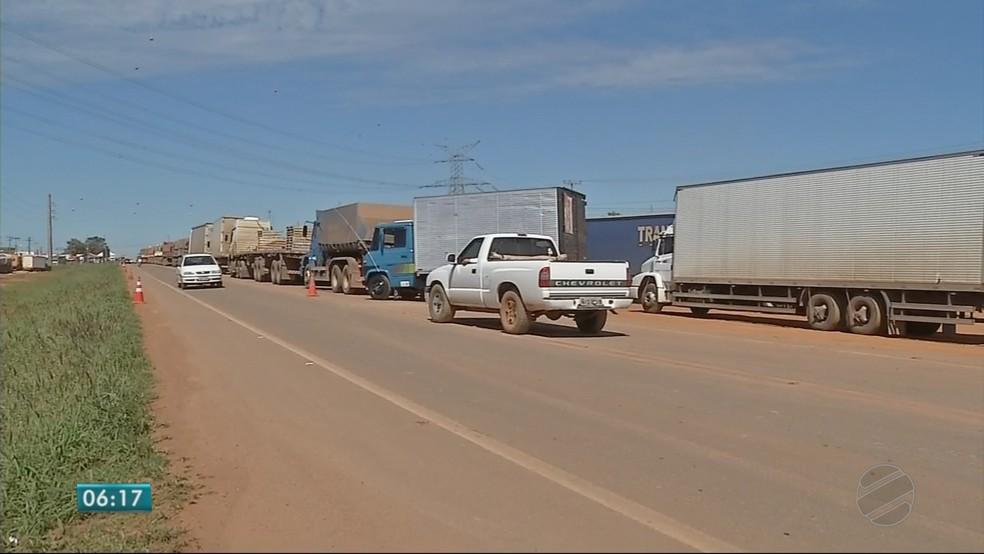 Caminhoneiros protestam em 8 trechos de rodovias em MT contra aumento de combustível (Foto: TV Centro América)