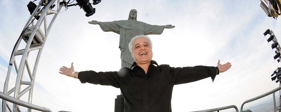 Roberto Medina posa para foto em frente ao Cristo Redentor antes de coletiva sobre o Rock in Rio 2013. — Foto: Alexandre Durão / G1
