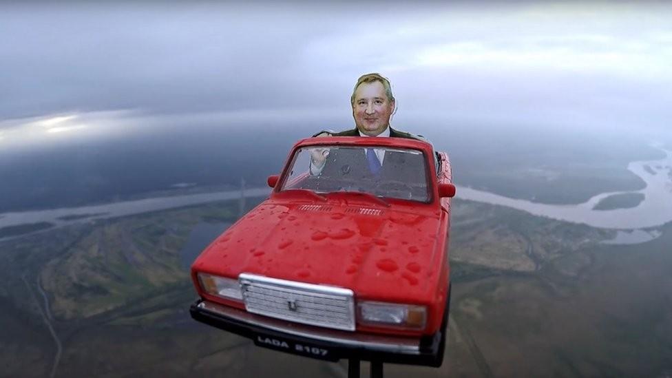 Reprodução do carro russo Lada com imagem de Dmitry Rogozin na direção (Foto: vk.com/tosky_vk via BBC)