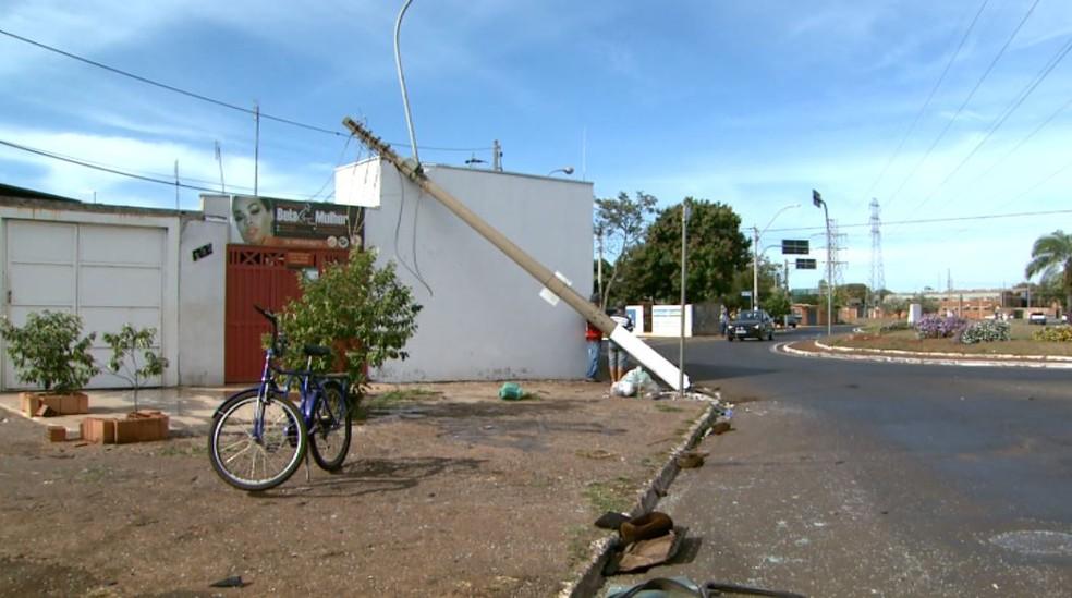 Com o impacto, poste tombou sobre casa e partes do carro ficaram espalhadas pela avenida em Sertãozinho, SP — Foto: Fábio Júnior/EPTV