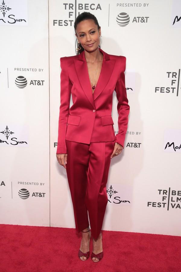 Thandie Newton apostou no look monocromático vermelho, com os ombros bem acentuados. (Foto: Getty Images)