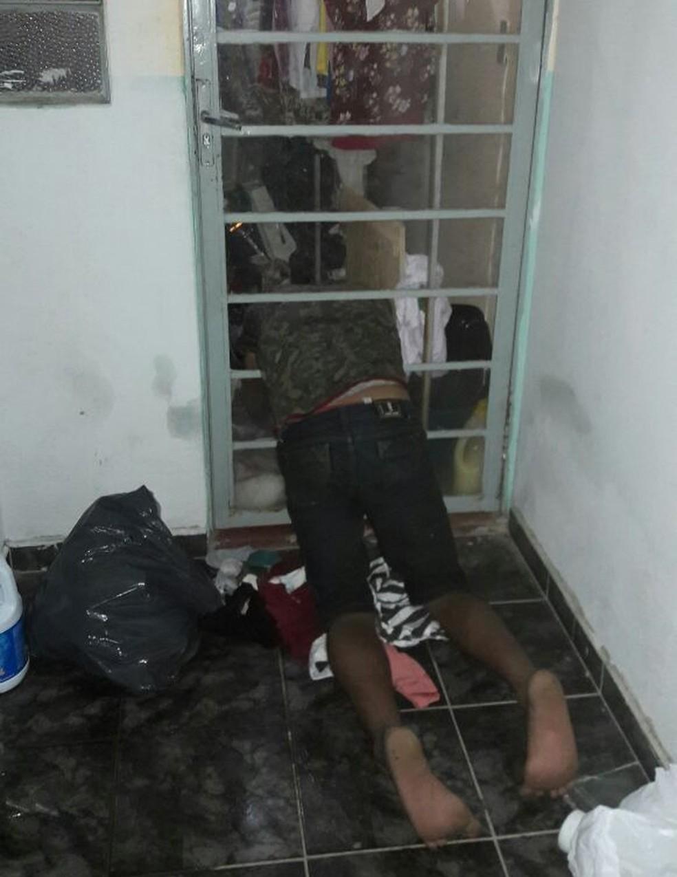 Marcos Paulo Silvestre de Alcântara, de 28 anos, ficou preso num dos vãos da porta (Foto: PM/Divulgação)