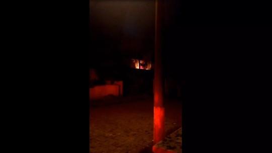 Homem é preso em SC após fazer ex-namorada refém e colocar fogo em apartamento; vídeo