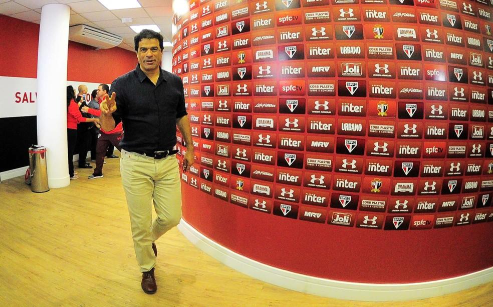 Raí, diretor-executivo de futebol, está em busca de reforços (Foto: Marcos Ribolli)