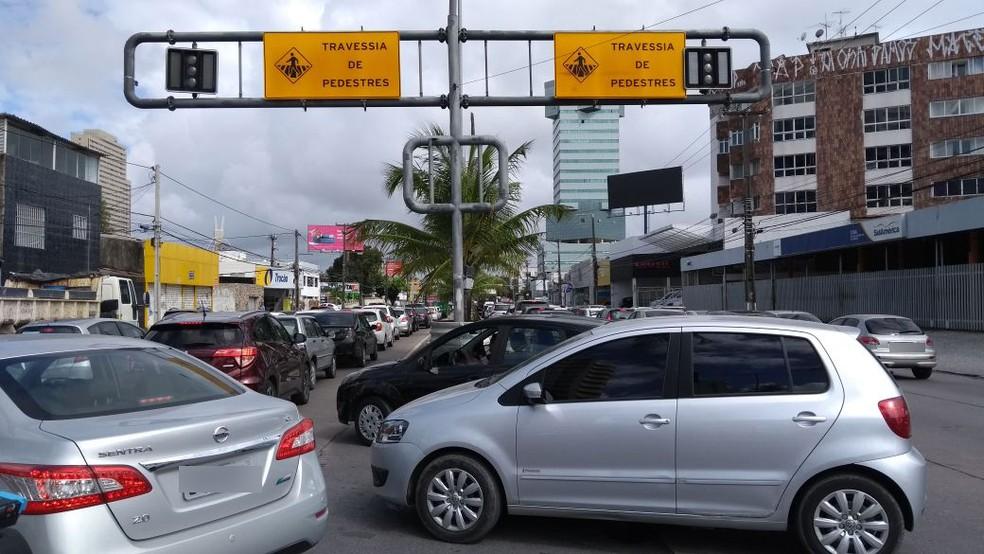 Avenida Antônio de Goes, no bairro do Pina, na Zona Sul do Recife, registrou engarrafamentos devido a falta de energia (Foto: Camila Torres/TV Globo)