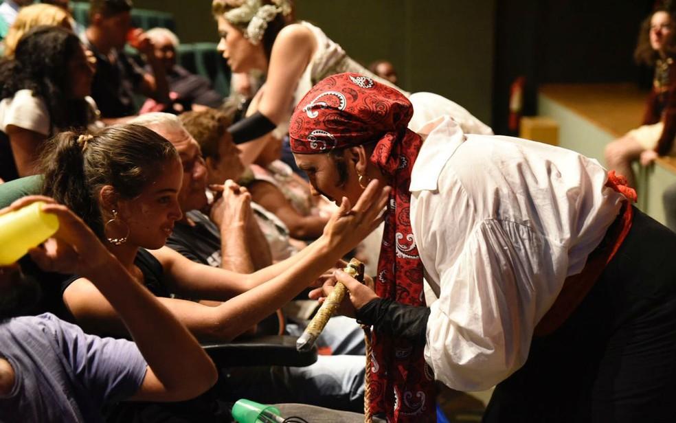 Deficientes visuais fazem reconhecimento de figurino de atores de Brasília antes de espetáculo (Foto: Thiago Sabino/Divulgação)