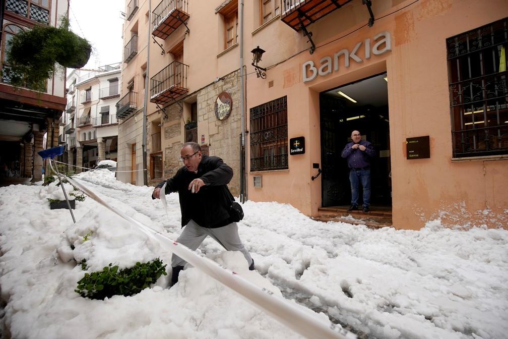 Homem anda pela neve que caiu na cidade de Morella, na Espanha, durante a passagem da tempestade Gloria nesta quarta-feira (22) — Foto: Juan Medina/Reuters
