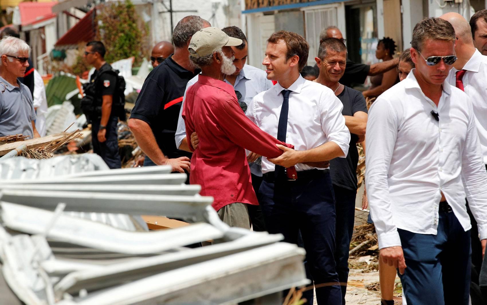 O presidente francês Emmanuel Macron conversa com moradores da ilha francesa de St. Martin, no Caribe, afetados pela passagem do furacão Irma, durante visita na terça-feira (12)