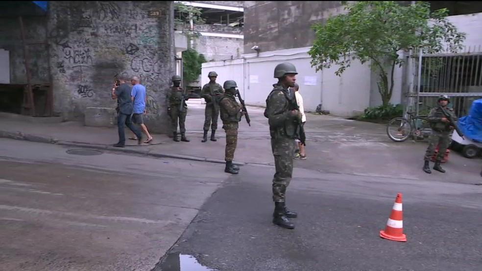 Militares em uma das entradas da comunidade da Rocinha neste sábado (9) (Foto: Reprodução/ GloboNews)