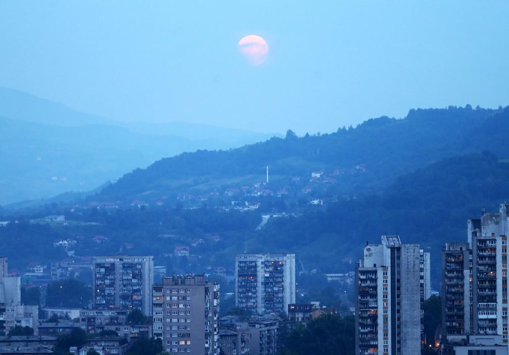 Lua de Sangue no céu de Zenica, na Bôsnia (Foto: Dado Ruvic/AFP)