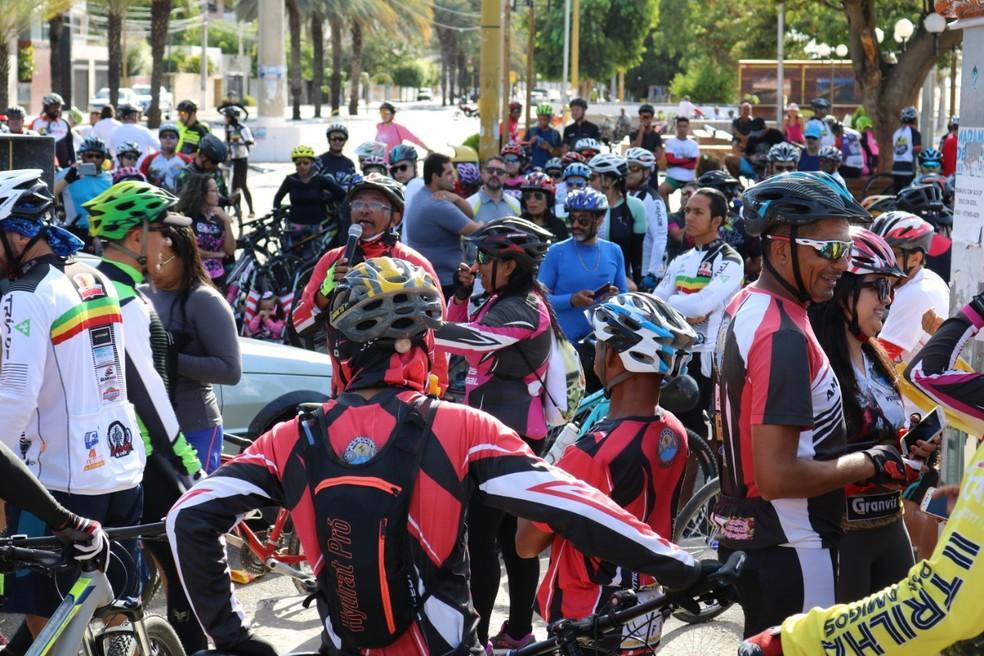 Ciclistas de vários grupos de pedal participaram do protesto na Orla de Petrolina — Foto: Leônidas Lopes/ Arquivo pessoal