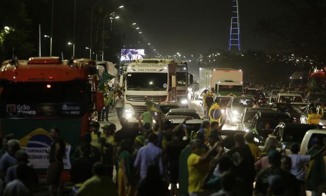 Caminhões invadiram Esplanada dos Ministérios na noite de segunda-feira (6)