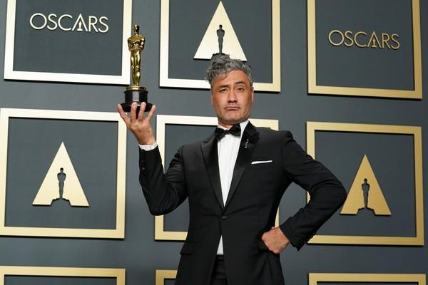 O diretor Taika Waititi com o Oscar de Melhor Roteiro Adaptado por Jojo Rabbit (Foto: Getty)