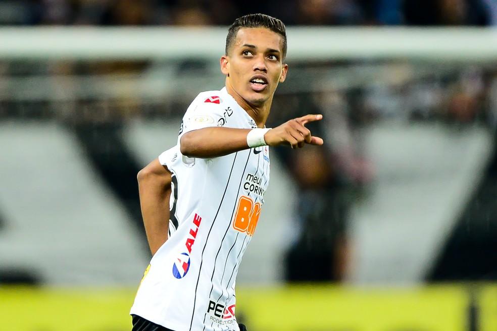 Pedrinho com a camisa do Corinthians — Foto: Marcos Ribolli