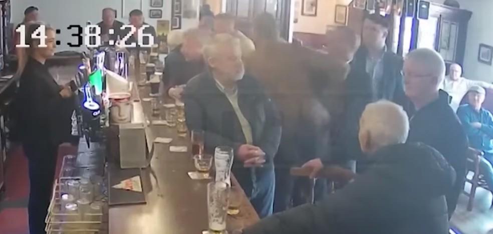 Conor McGregor agride idoso em bar na Irlanda — Foto: Reprodução / YouTube