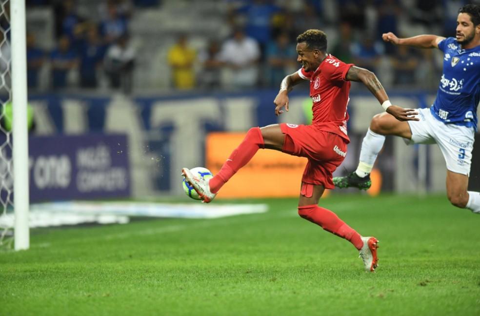 Edenílson aproveitou o rebote de Fábio para marcar o gol colorad — Foto: Ricardo Duarte/DVG/Inter