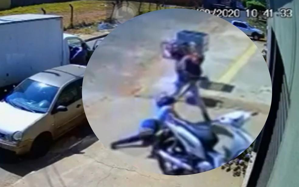 Homem agride ex-mulher em calçada e ainda descumpriu medida protetiva — Foto: Reprodução/TV Anhanguera