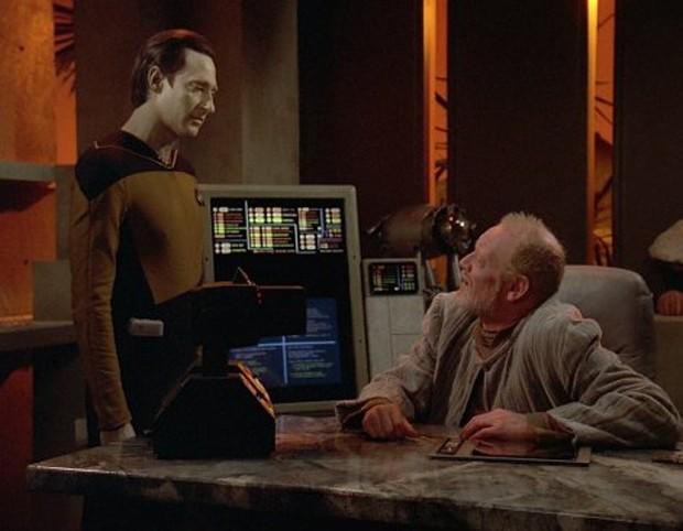 William Morgan Sheppard (dir) em Star Trek: A Nova Geração (1987-1994) (Foto: Divulgação)