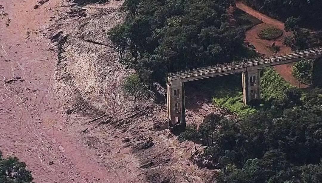 Ponte ferroviária destruída com o rompimento da barragem