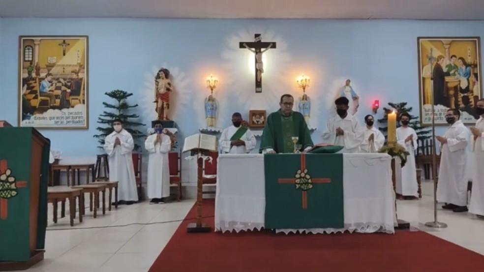 Padre Rosivaldo Torres passou mal no meio da missa realizada no domingo (20) na Paróquia São Sebastião Vasco da Gama — Foto: Reprodução/WhatsApp