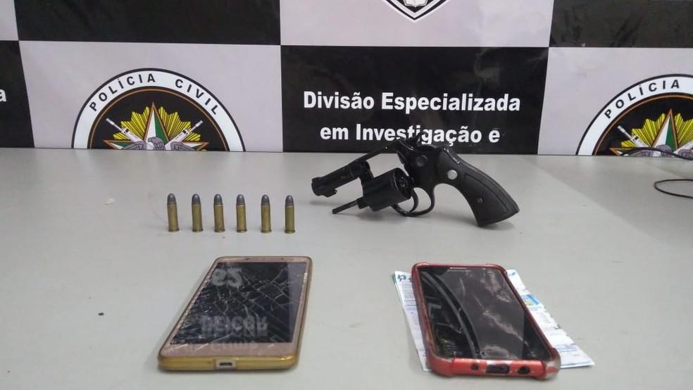 Homem foi preso com arma, munições e documentos falsos na Grande Natal — Foto: Polícia Civil/Divulgação