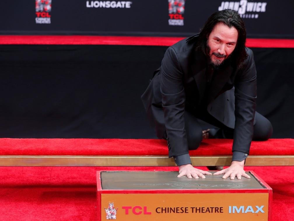 Keanu Reeves deixa marcas das mãos e dos pés no Teatro Chinês de Hollywood — Foto: REUTERS/Mario Anzuoni
