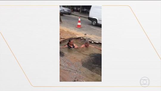 Vídeo mostra moradores 'tomando banho' em buraco ocasionado por vazamento, em Minas Gerais