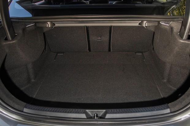 Classe A Sedan tem porta-malas pequeno para o tamanho do carro (Foto: Divulgação)