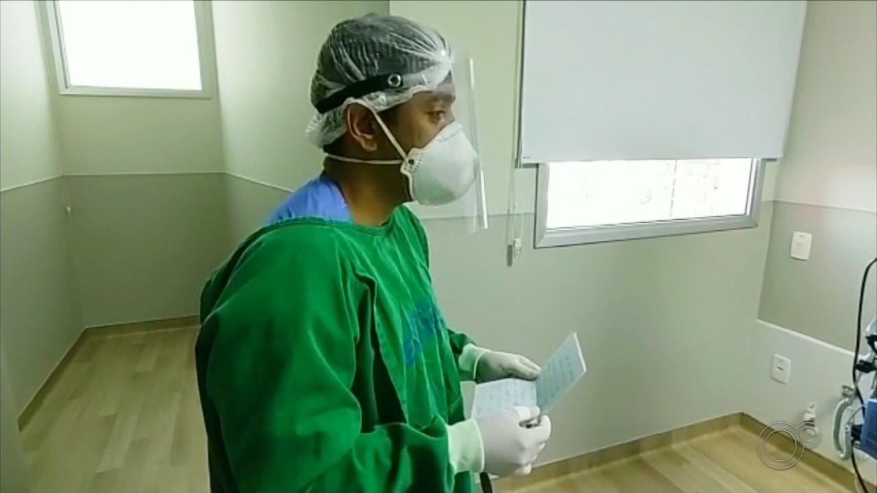 Técnico de enfermagem lê cartas de familiares para pacientes internados com Covid-19