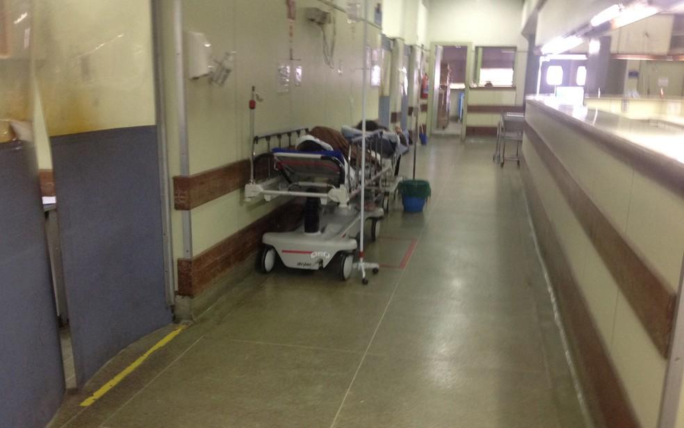 Pacientes no corredor do Hospital Lourenço Jorge são um dos sinais de precariedade nas unidades de saúde do Rio (Foto: Cremerj/ Divulgação)